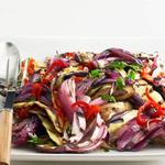 Салат из баклажанов на гриле с острым перцем сорта вишня