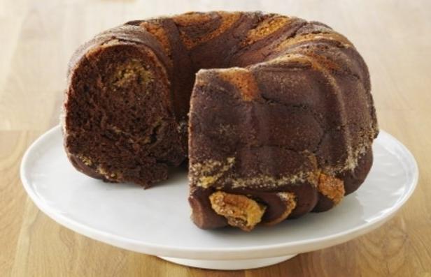 Фото Шоколадный торт с орехами и бриошь