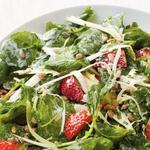 Салат с капустой кейл, эндивием и клубникой