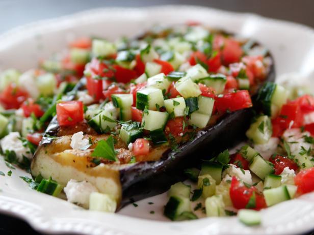 Фото Жареные стейки из баклажанов с салатом