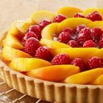 Персиковый пирог с малиной и заварным кремом