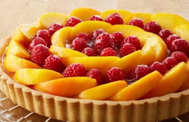 Фото Персиковый пирог с малиной и заварным кремом