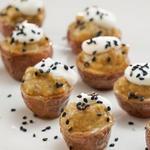 Фаршированный картофель с начинкой из баклажанной икры с печеным чесноком и сметаной