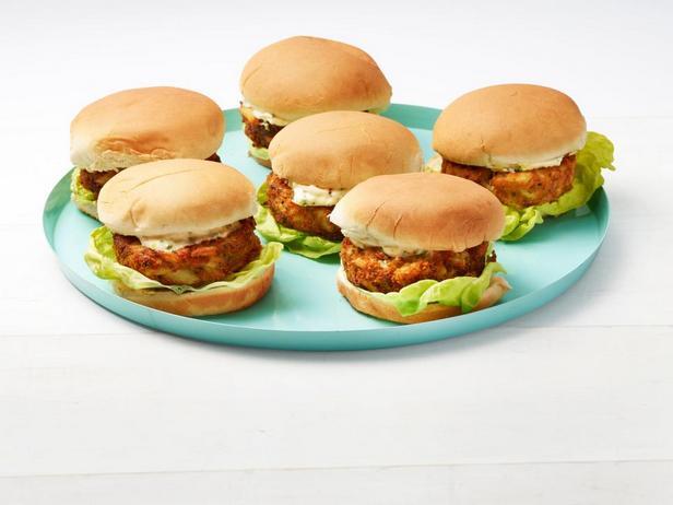 Гамбургеры с крабовыми котлетами в панировке из крекеров