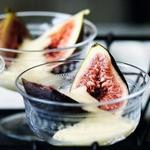 Летний десерт с фруктами и кремом сабайон на ледяном вине