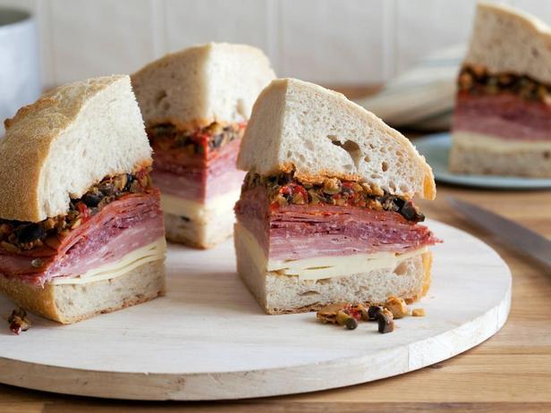Фото - Гигантский сэндвич Муфулетта