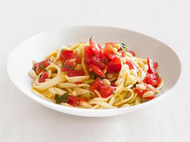 Фото - Паста Феттучини из свежих кабачков с острым томатным соусом с кусочками