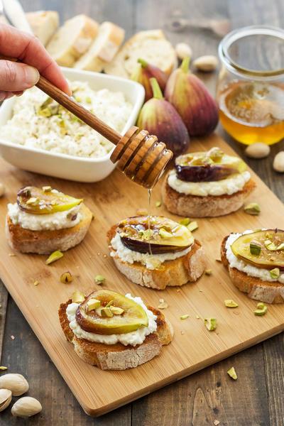 Фото Кростини с инжиром, медовой рикоттой и фундуком