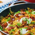 Картофель на гриле с сыром и сметаной, жареный на сковороде