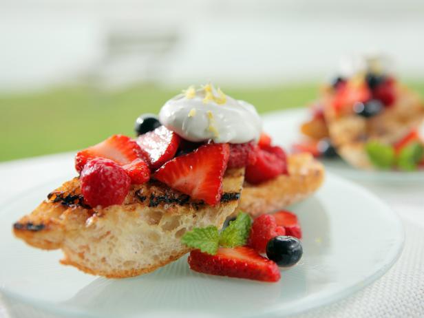 Фото Сэндвич с ягодами и взбитыми сливками