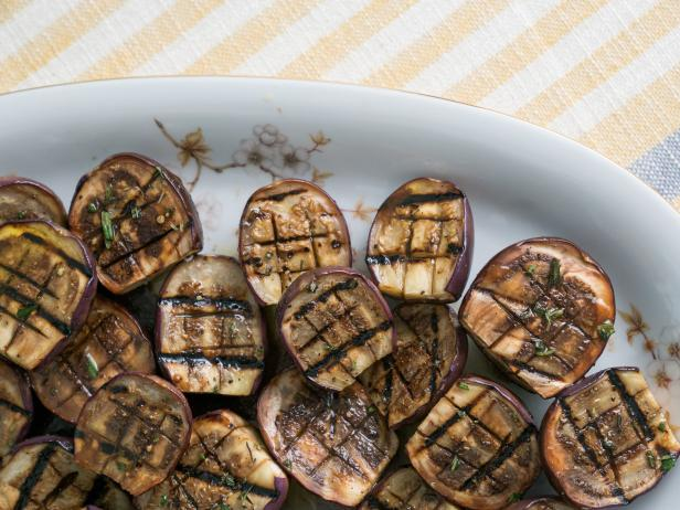 Фото Баклажаны на гриле с чесноком и розмарином