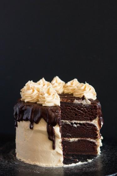 Фото Влажный шоколадный торт с ванильно-сливочным кремом