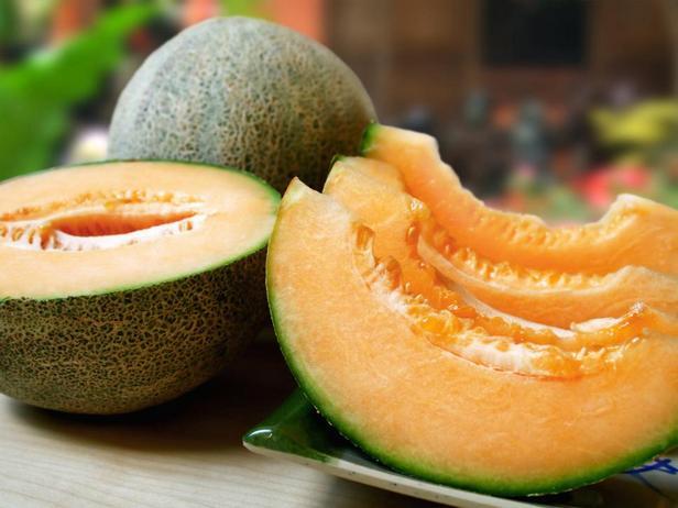 Дыня — «звезда» фруктовых салатов или же пикантной закуски, где она заворачивается в прошутто