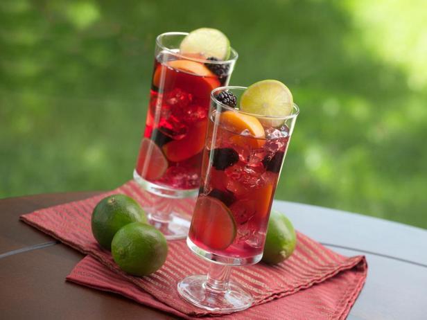 Сангрия - это легкий и эффектный способ использовать фрукты в форме напитка
