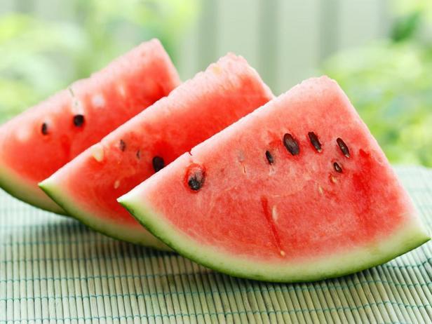 Арбуз — это настоящий ломтик лета, один из самых освежающих летних фруктов