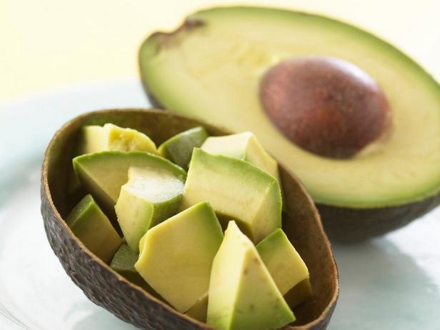 Практически любому блюду авокадо придает насыщенный вкус и консистенцию