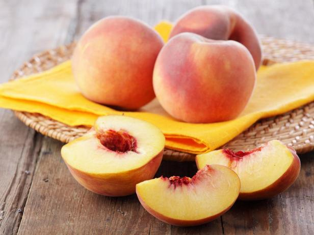 Персики — когда эти бархатные фрукты спелые, с золотистой сладкой мякотью и цветочным ароматом - нарежьте их и подавайте
