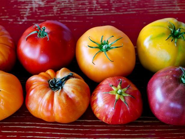 Помидоры прекрасно вписываются в любое блюдо и особенно хороши в салатах капрезе или холодном гаспачо