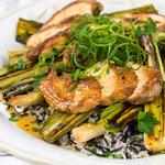 Курица, поджаренная на сковороде с луком-пореем, лимонным пилавом и садовым салатом
