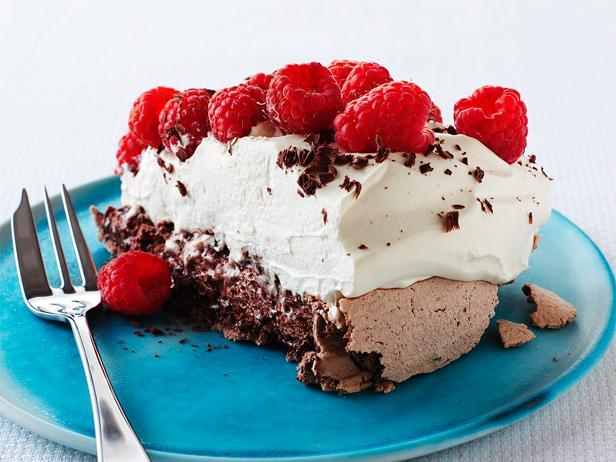 Шоколадно-малиновый торт «Павлова»