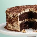 Шоколадный торт с творожным кремом и орехами в карамели