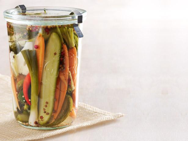 Фото Малосольные овощи в холодильнике: цветная капуста, морковь, огурцы