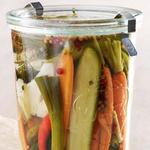 Малосольные овощи в холодильнике: цветная капуста, морковь, огурцы