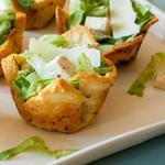 Салат «Цезарь» с пастой из анчоусов в хлебных корзинках