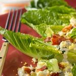 Лодочки с листовым салатом, яйцом и голубым сыром