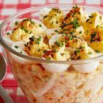 Салат с макаронами и фаршированными яйцами