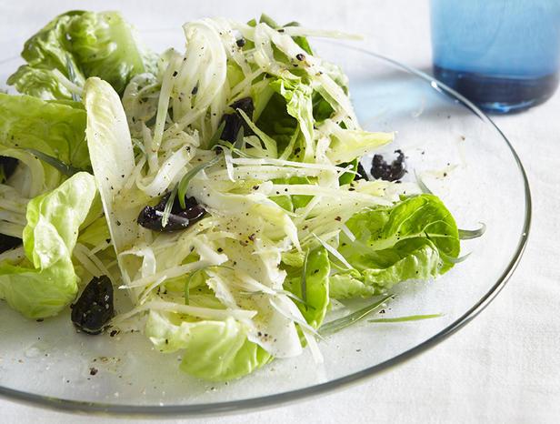Фото Зелёный салат и кростини с сырным маслом