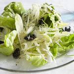 Зелёный салат и кростини с сырным маслом