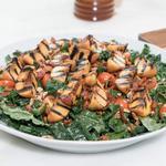 Салат с жареным беконом и персиками гриль