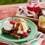 Сандей с американским печеньем, мороженым, шоколадом и карамелью