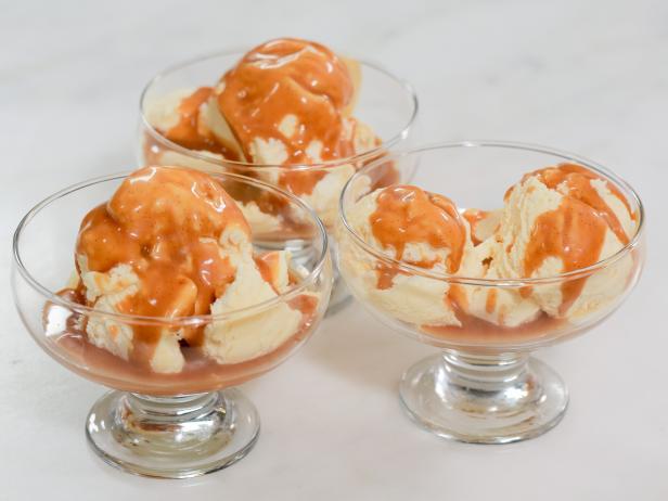 Фото Мороженое из маракуйи с ромово-ванильным карамельным соусом