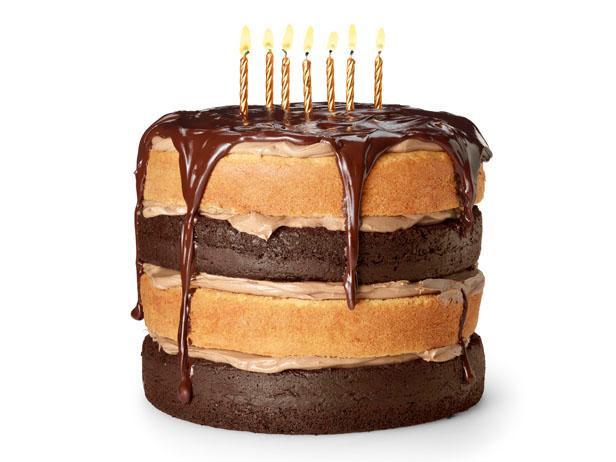 Фото Праздничный торт из шоколадно-ванильного бисквита с кофейным ганашем