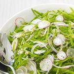 Летний салат из редиса и молодого горошка
