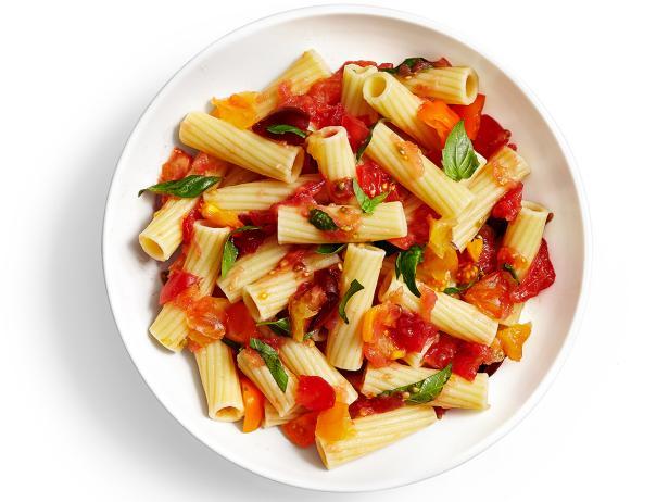 Фото Итальянская паста с базиликом и соусом из протёртых помидоров