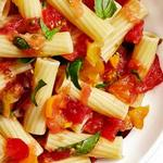 Итальянская паста с базиликом и соусом из протёртых помидоров