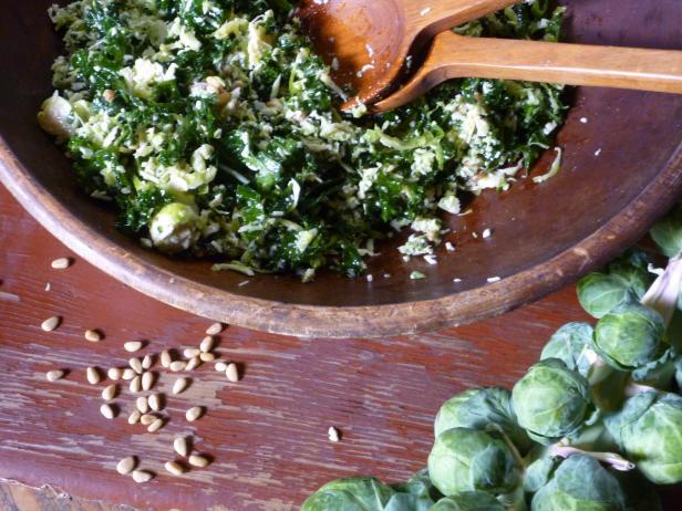 Фото Свежий салат из брюссельской и листовой капусты