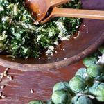 Свежий салат из брюссельской и листовой капусты