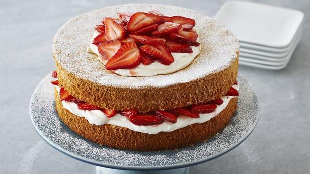 Фото Бисквитный торт с клубникой и сливками