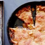 Яблочный пай со взбитыми сливками и корицей