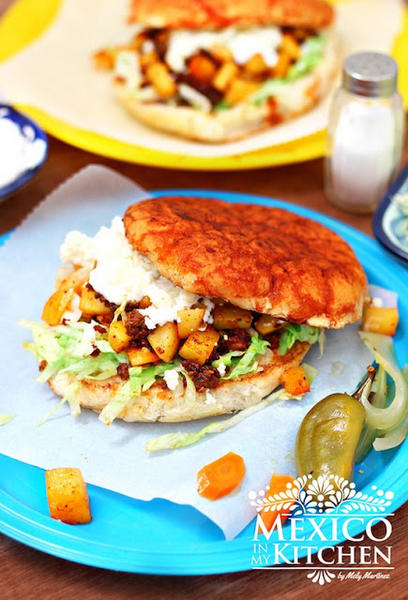 Фото Мексиканские памбасо: сэндвичи с картофелем и чоризо