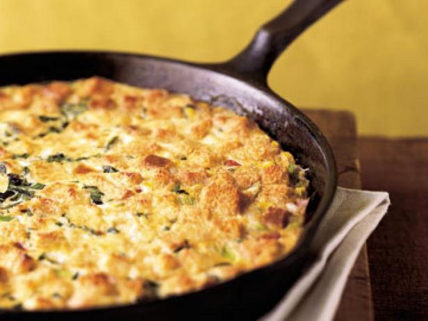 Фото Кукурузный пудинг с ветчиной и сыром на сковороде