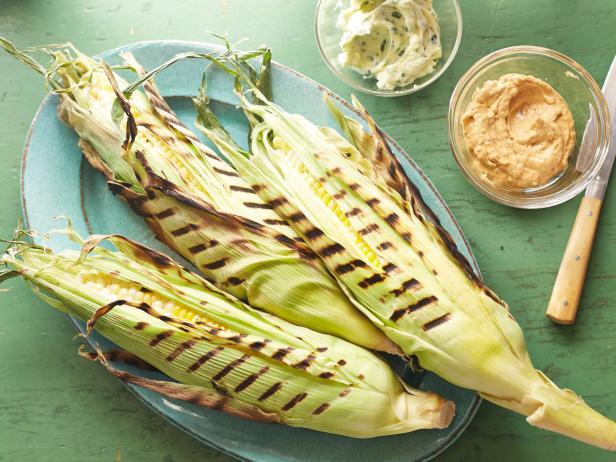 Фото Идеальная кукуруза в початках на гриле с зелёным сливочным маслом