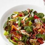 Салат из баклажанов с капустой кейл и крутонами