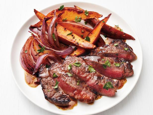 Фото Жареный говяжий стейк с пивным соусом и печёным бататом