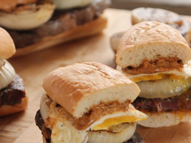 Фото Сэндвичи с говяжьим стейком и яичницей