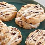 Песочное печенье с глазурью, миндалем и сушеной вишней